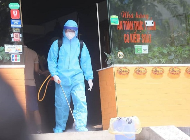 Phong tỏa, phun khử trùng cửa hàng Pizza tại Hà Nội nơi có trường hợp nghi mắc COVID-19 - Ảnh 2