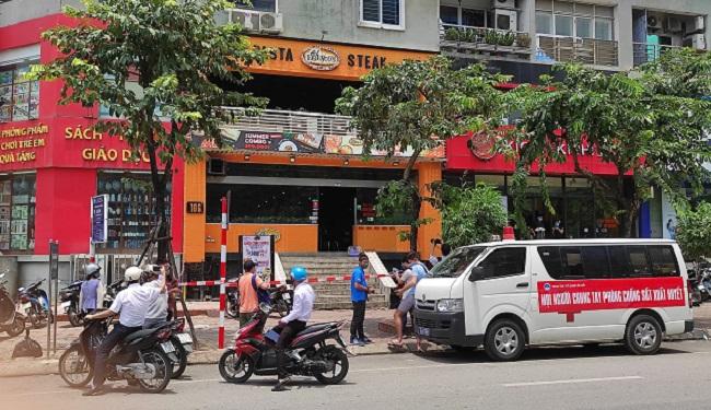 Phong tỏa, phun khử trùng cửa hàng Pizza tại Hà Nội nơi có trường hợp nghi mắc COVID-19 - Ảnh 4