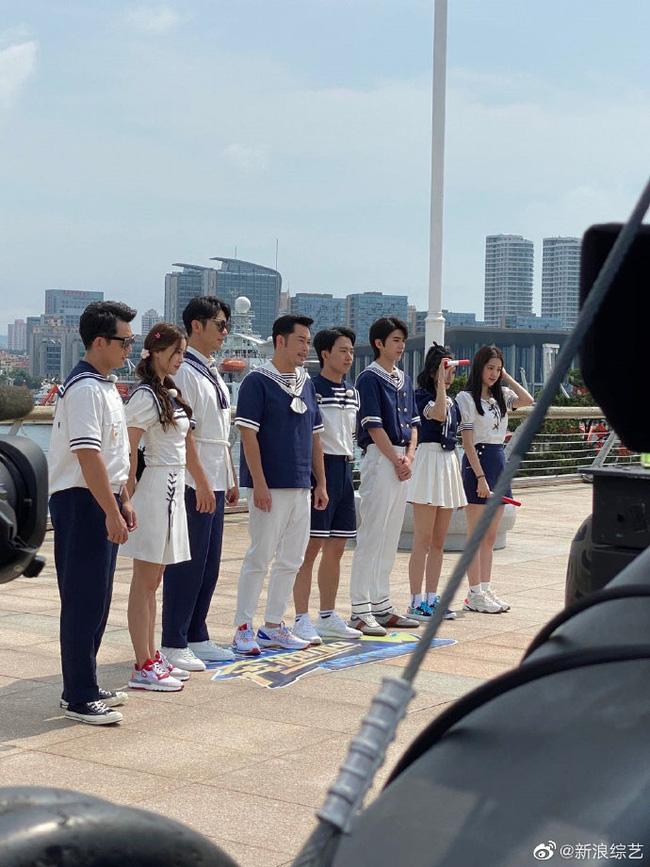 Running Man: Angelababy mặc đồ thủy thủ xinh xắn, Thái Từ Khôn khoe chân siêu dài lấn át các đàn anh - Ảnh 1