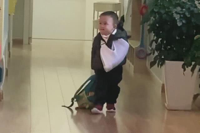 'Tổng tài' nhí một tay bó bột, một tay kéo balo đi học khiến ai nấy vừa buồn cười vừa thương - Ảnh 1