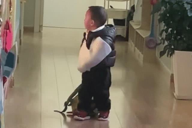 'Tổng tài' nhí một tay bó bột, một tay kéo balo đi học khiến ai nấy vừa buồn cười vừa thương - Ảnh 2