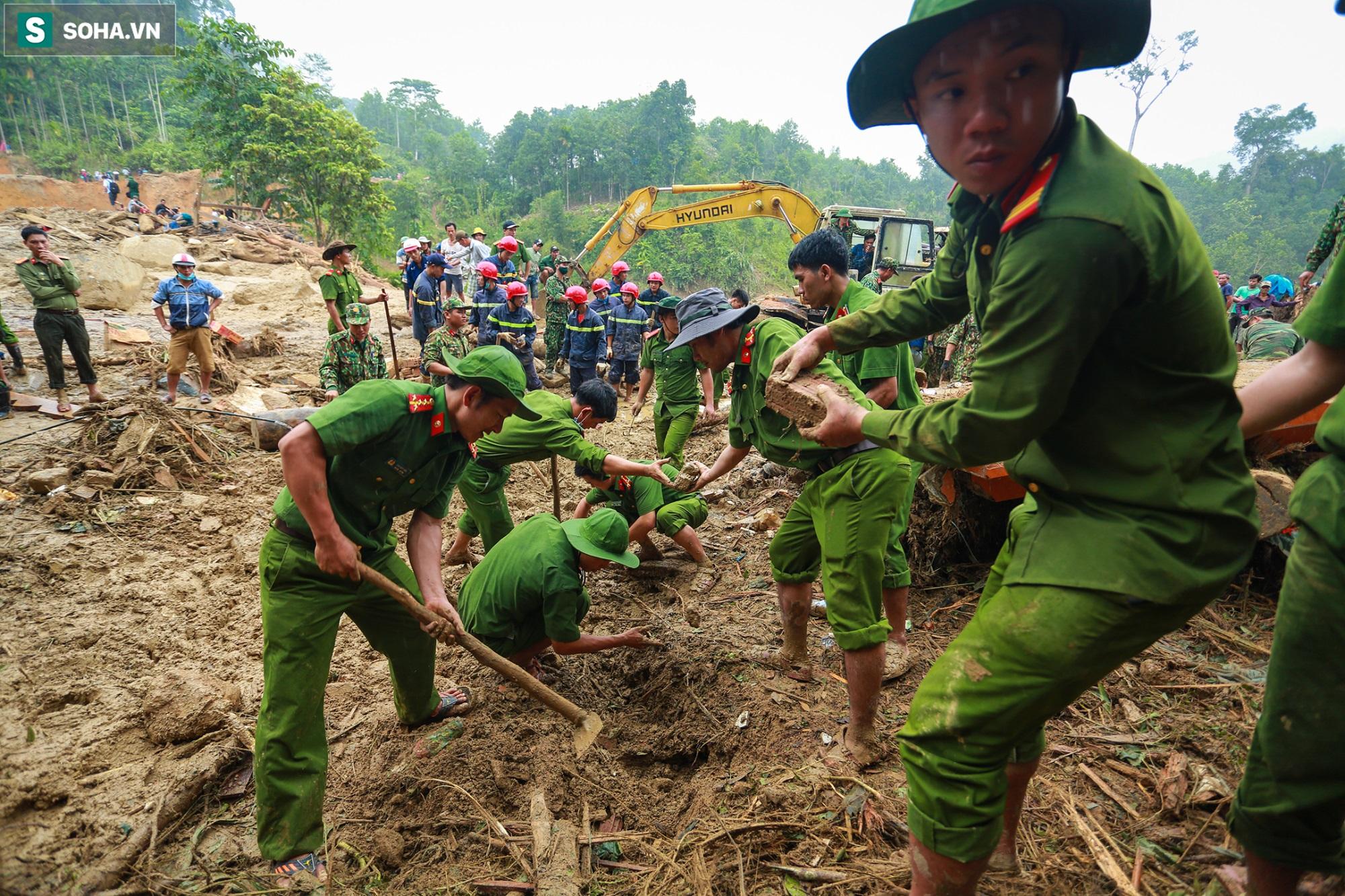 [Ảnh] Dân làng khóc nghẹn khi tìm thấy bé trai 10 tháng tuổi dưới lớp bùn đất vụ sạt lở ở Trà Leng - Ảnh 2