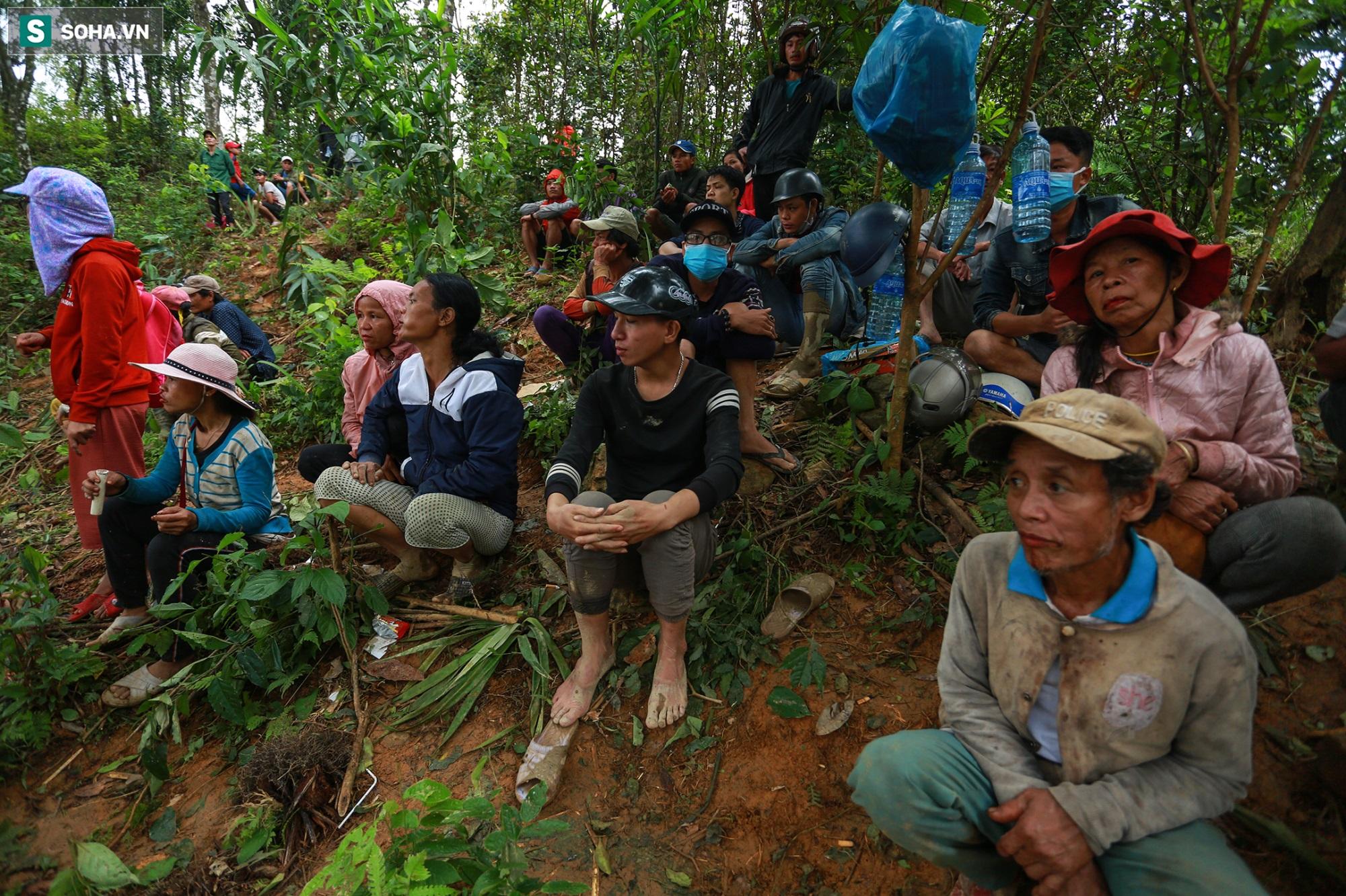 [Ảnh] Dân làng khóc nghẹn khi tìm thấy bé trai 10 tháng tuổi dưới lớp bùn đất vụ sạt lở ở Trà Leng - Ảnh 11
