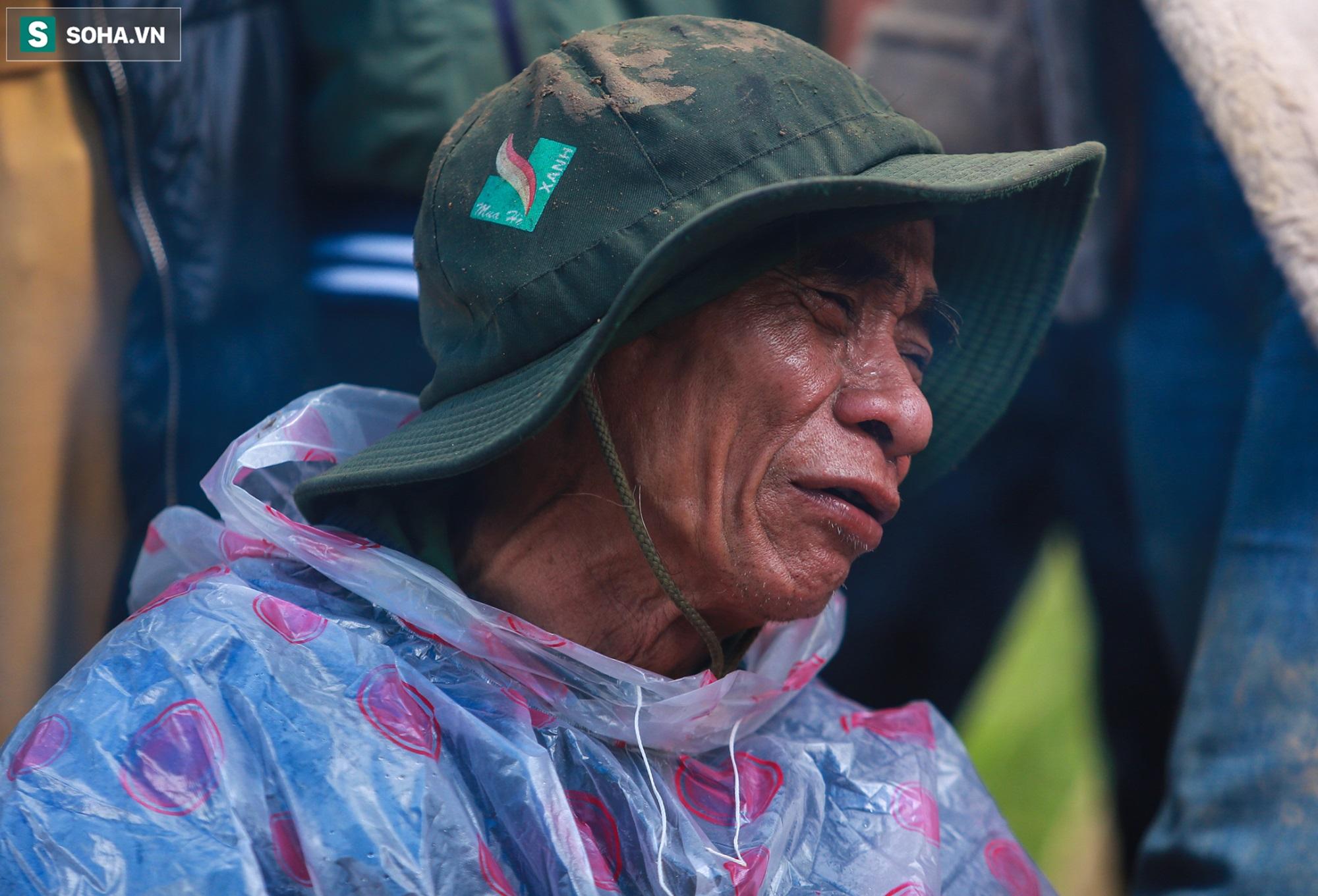 [Ảnh] Dân làng khóc nghẹn khi tìm thấy bé trai 10 tháng tuổi dưới lớp bùn đất vụ sạt lở ở Trà Leng - Ảnh 15