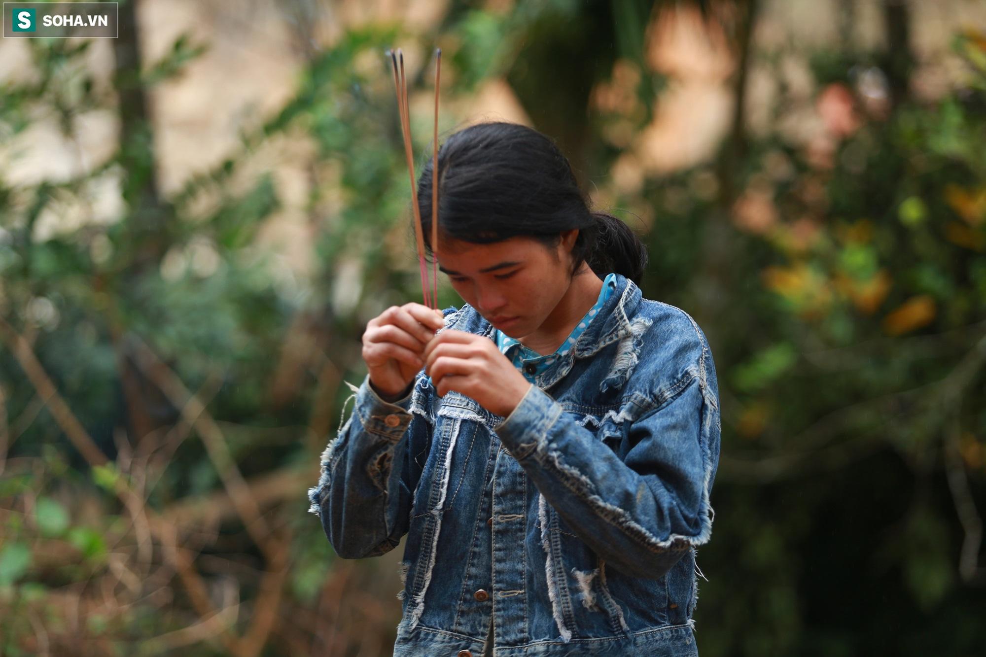 [Ảnh] Dân làng khóc nghẹn khi tìm thấy bé trai 10 tháng tuổi dưới lớp bùn đất vụ sạt lở ở Trà Leng - Ảnh 17