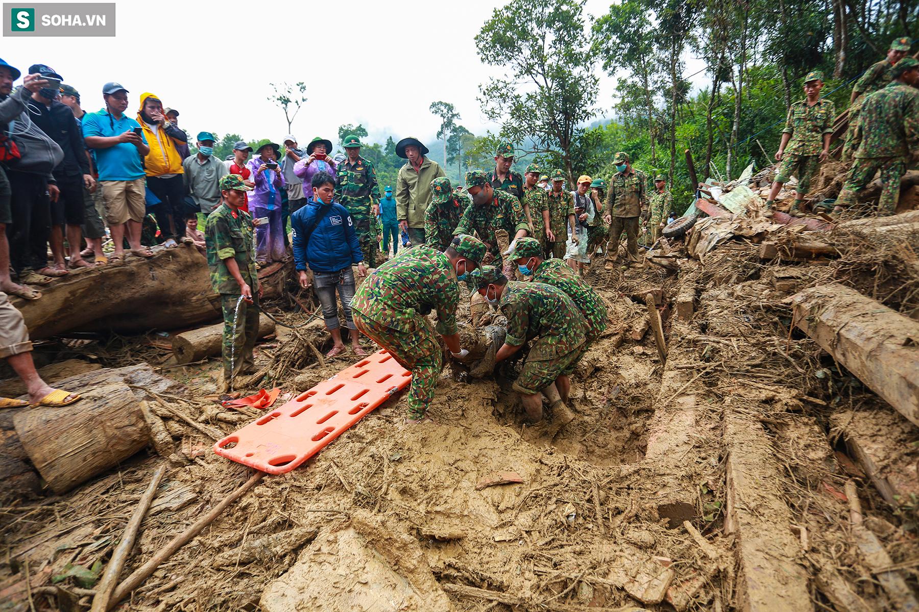 [Ảnh] Dân làng khóc nghẹn khi tìm thấy bé trai 10 tháng tuổi dưới lớp bùn đất vụ sạt lở ở Trà Leng - Ảnh 13