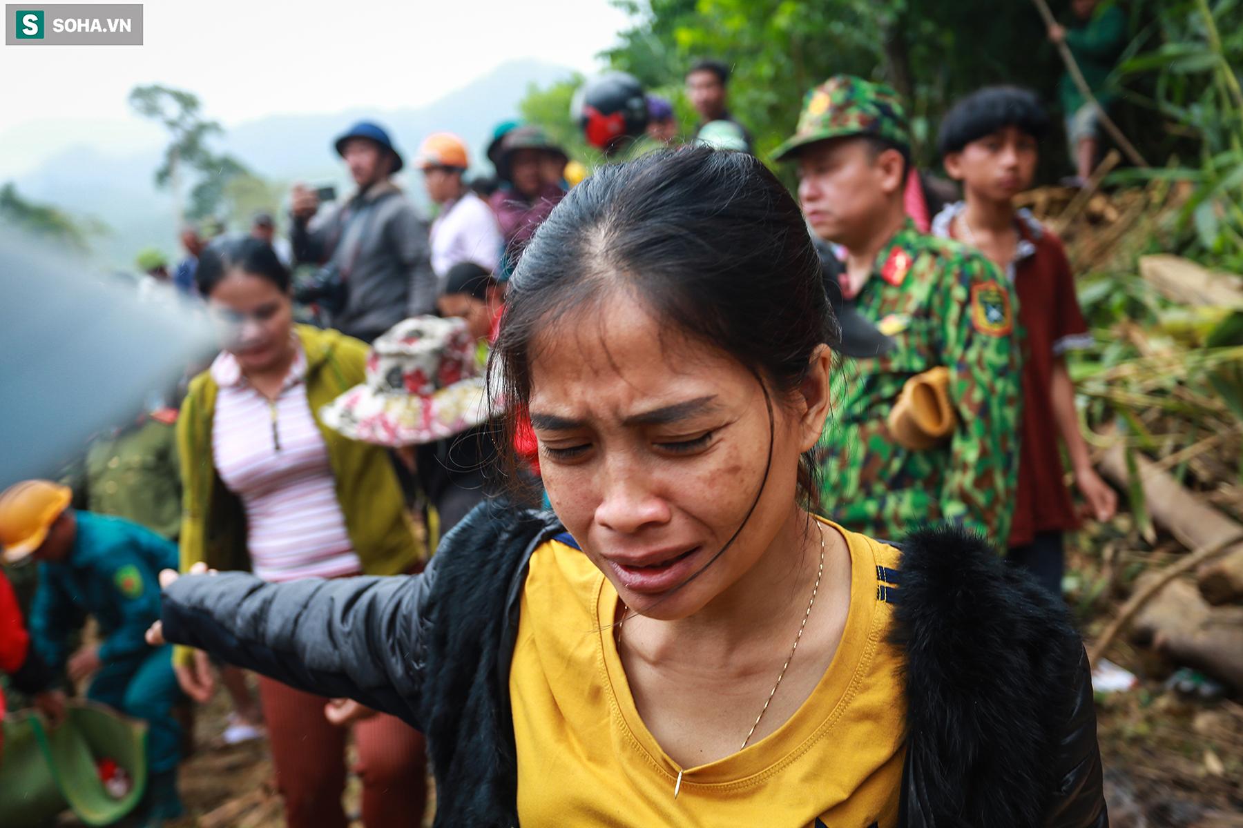 [Ảnh] Dân làng khóc nghẹn khi tìm thấy bé trai 10 tháng tuổi dưới lớp bùn đất vụ sạt lở ở Trà Leng - Ảnh 5