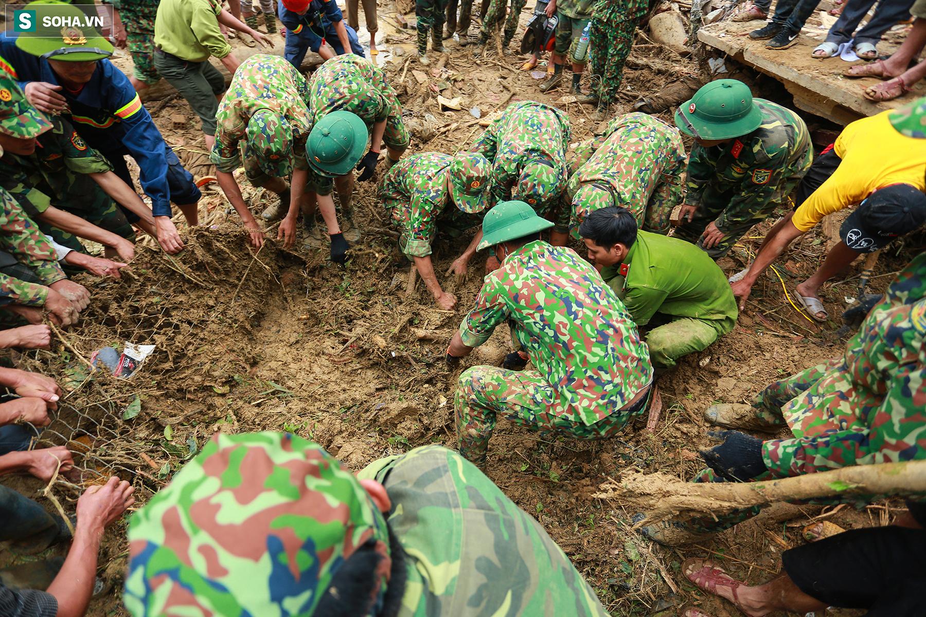 [Ảnh] Dân làng khóc nghẹn khi tìm thấy bé trai 10 tháng tuổi dưới lớp bùn đất vụ sạt lở ở Trà Leng - Ảnh 6