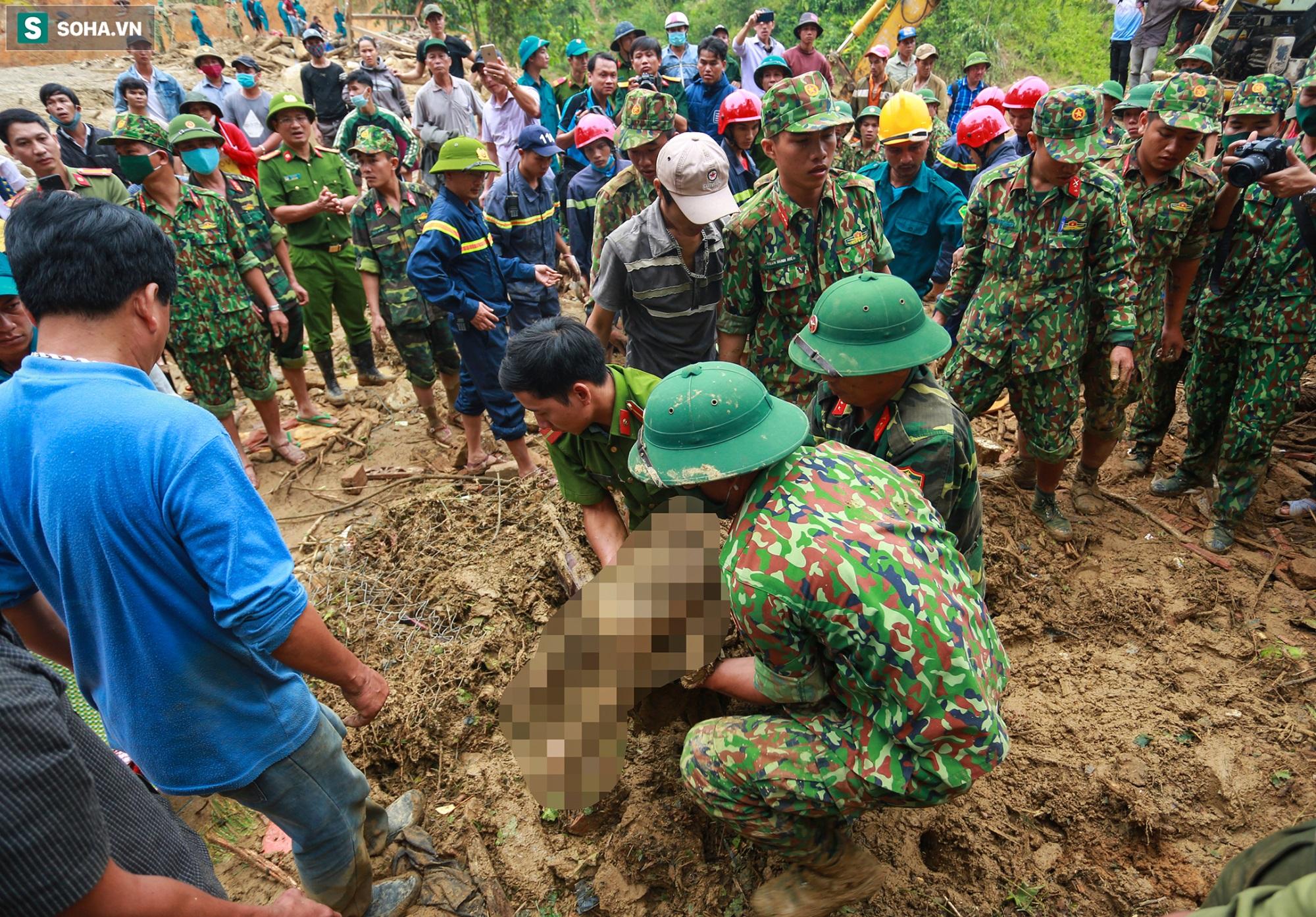 [Ảnh] Dân làng khóc nghẹn khi tìm thấy bé trai 10 tháng tuổi dưới lớp bùn đất vụ sạt lở ở Trà Leng - Ảnh 7