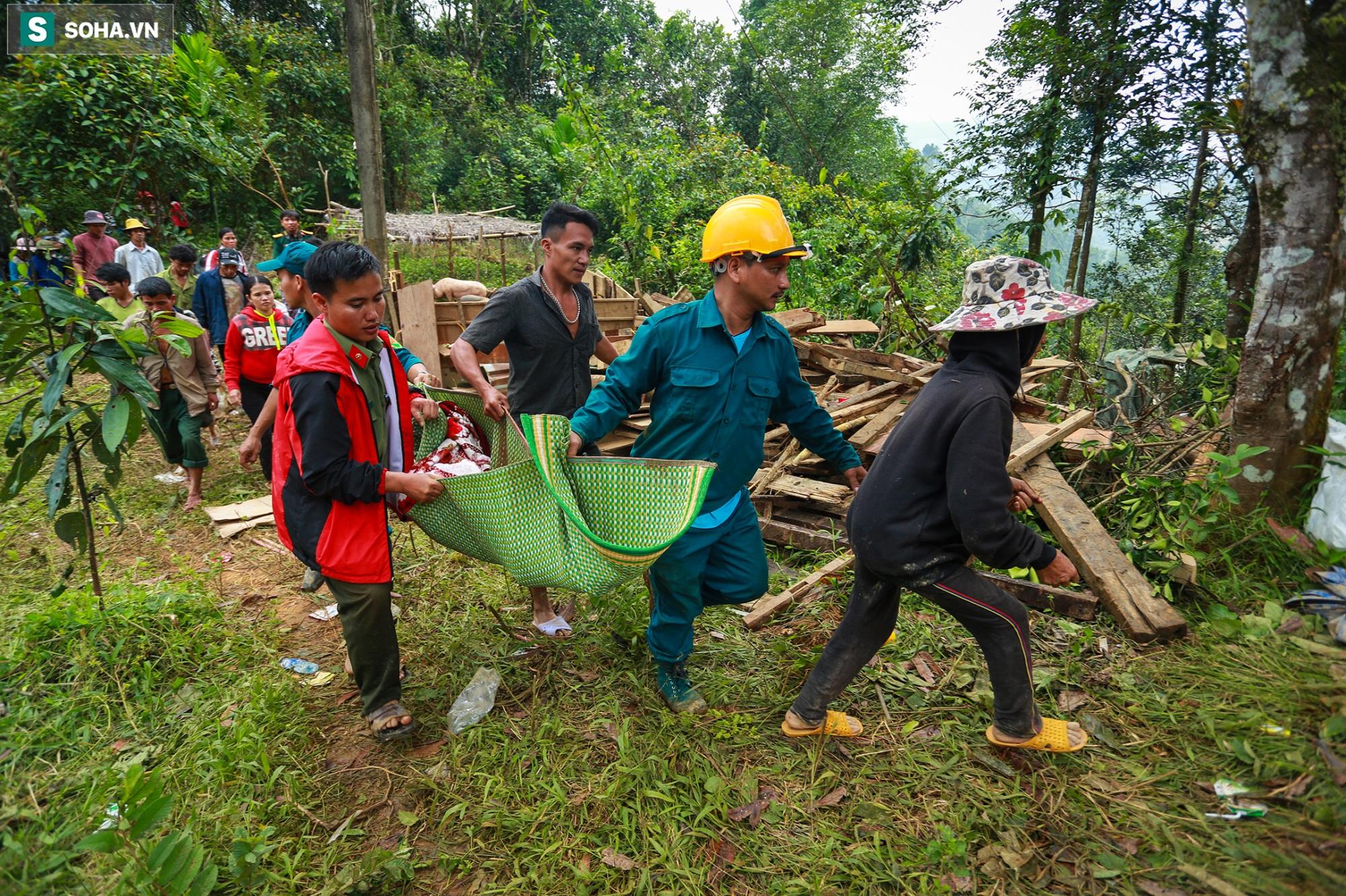 [Ảnh] Dân làng khóc nghẹn khi tìm thấy bé trai 10 tháng tuổi dưới lớp bùn đất vụ sạt lở ở Trà Leng - Ảnh 8