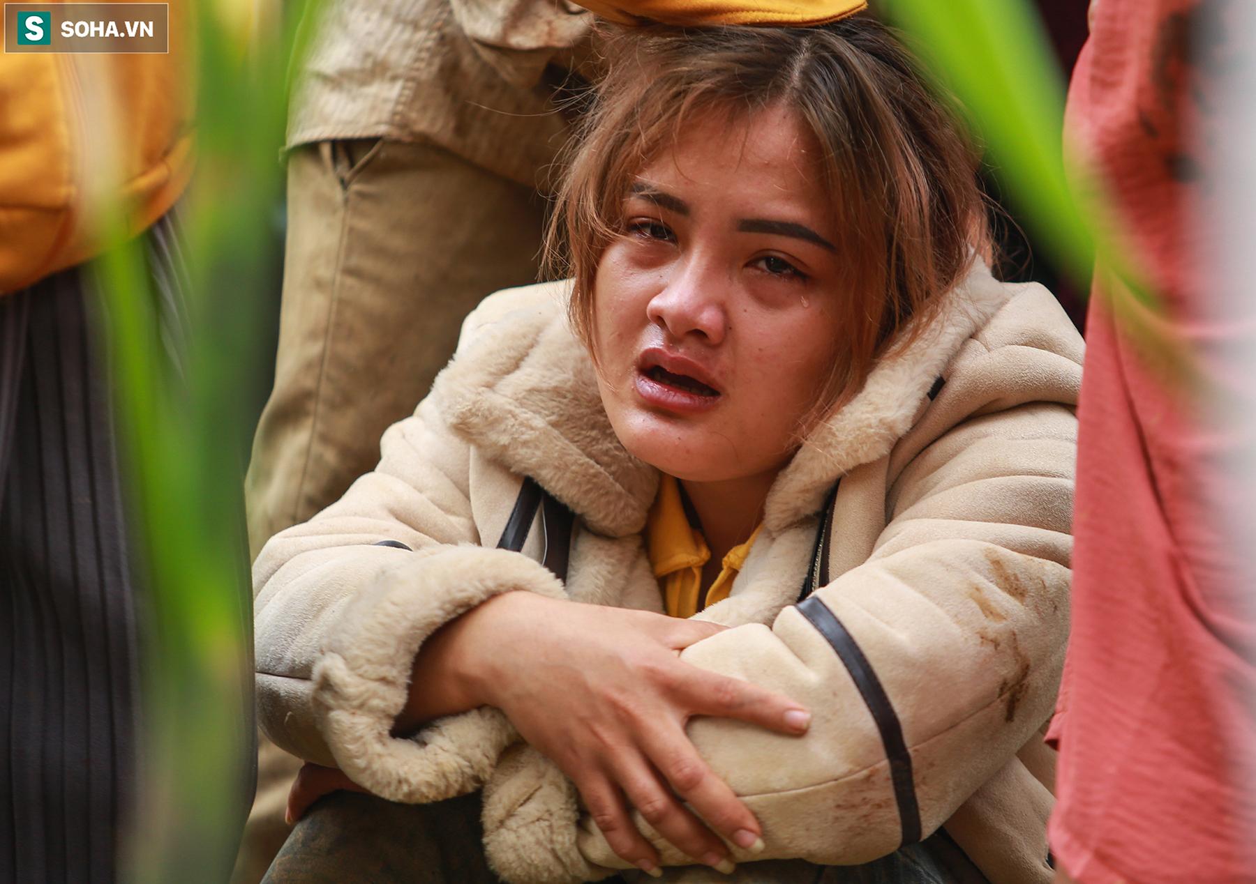 [Ảnh] Dân làng khóc nghẹn khi tìm thấy bé trai 10 tháng tuổi dưới lớp bùn đất vụ sạt lở ở Trà Leng - Ảnh 10