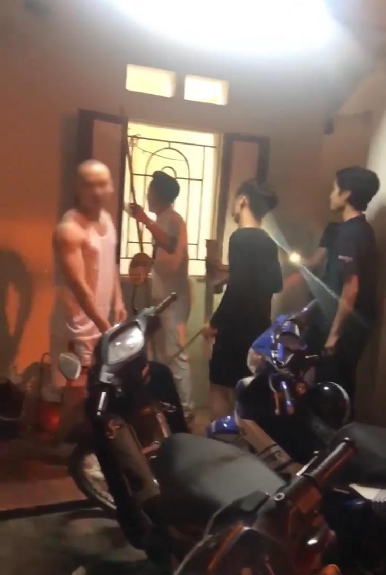 Tên ăn trộm khờ khạo nhất MXH: Đang trốn ở chỗ không ai biết, chỉ 1 câu hỏi của chủ nhà đã tự khai 'em không ở trên nóc nhà tắm đâu' - Ảnh 1