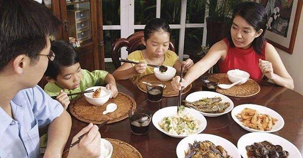 4 thói quen cha mẹ cần luyện tập cho con từ bé để không gây rắc rối khi đi ăn chỗ đông người - Ảnh 1