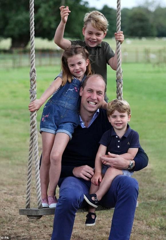 Bé Archie và 3 con của Công nương Kate bị lôi vào 'vòng xoáy' rạn nứt hoàng gia, cho thấy sự toan tính của vợ chồng Meghan - Ảnh 2