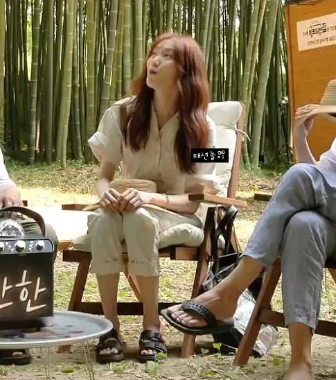 Jisoo, Joy, Lee Sung Kyung… đua nhau diện jumpsuit: Netizen người khen dễ thương, người lại chê bất tiện - Ảnh 3