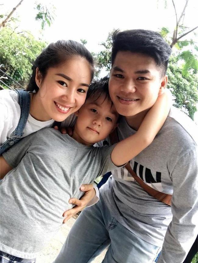 Phản ứng của con sao Việt khi bố mẹ có tình mới: Subeo đầy khoảnh khắc ngọt ngào bên Kim Lý và Đàm Thu Trang, bất ngờ nhất là chia sẻ của con trai Chi Bảo - Ảnh 7