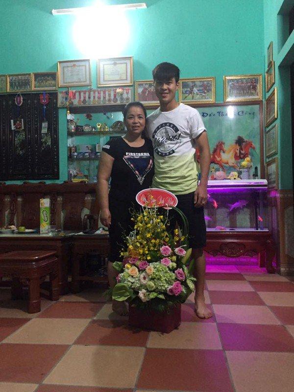 Cầu thủ đại gia nhất U23 Việt Nam, mua iPhone X và hàng hiệu tặng bạn gái xinh - Ảnh 5