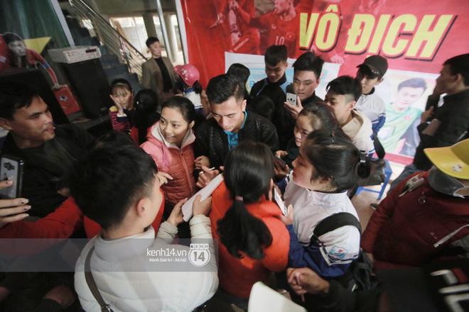 Chùm ảnh: Biết tin anh em Tiến Dũng đã về nhà, hàng trăm người hâm mộ Thanh Hóa đã kéo đến chúc mừng - Ảnh 5