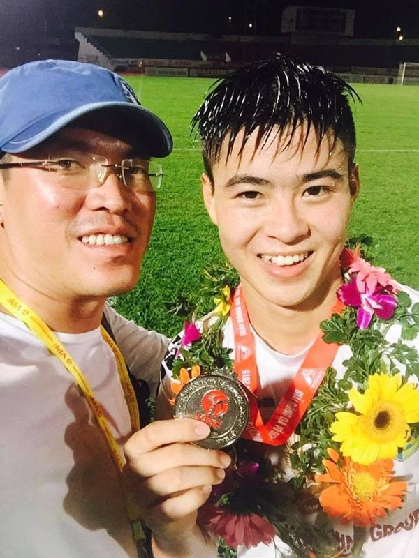 Trai đẹp nhất U23 Việt Nam chia sẻ bí quyết sở hữu làn da trắng mịn như em bé, ai cũng tưởng dùng mỹ phẩm của Hồng Duy nhưng sự thật là… - Ảnh 2