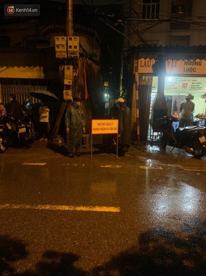 Hà Nội: Khử khuẩn ngay trong đêm, đưa 18 người F1 của nhân viên xe bus dương tính lần 1 với SARS-CoV-2 đi cách ly - Ảnh 2