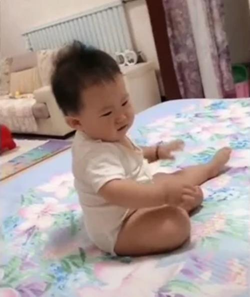 Thấy bố dang hai tay nằm ngủ, em bé đã tò mò làm 1 việc không ai có thể ngờ tới - Ảnh 5