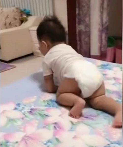 Thấy bố dang hai tay nằm ngủ, em bé đã tò mò làm 1 việc không ai có thể ngờ tới - Ảnh 6