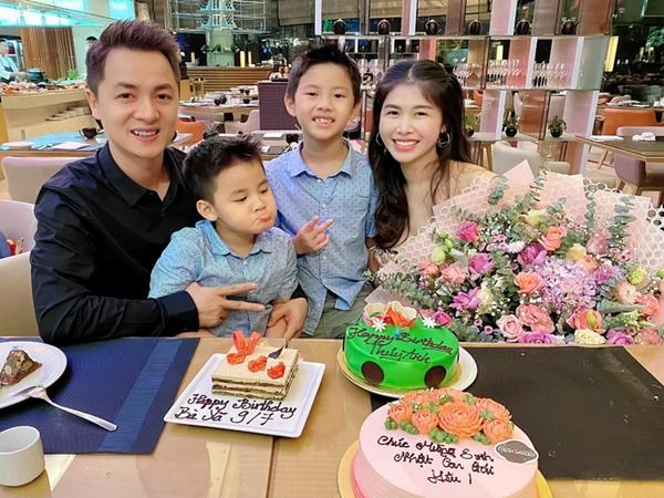 """Bà xã Đăng Khôi tổ chức sinh nhật """"18 tuổi"""" bên gia đình, nhưng hễ xuất hiện cậu út lại chiếm spotlight vì biểu cảm cực hài"""