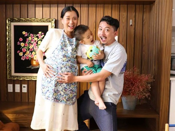 Bất ngờ với hình ảnh Lâm Vỹ Dạ ôm bụng bầu to vượt mặt cười hạnh phúc bên Hứa Minh Đạt