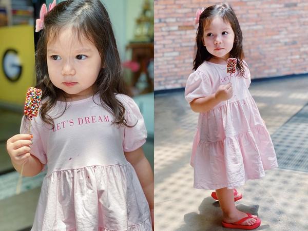 """Bị bố """"đuổi khéo"""" ra khỏi nhà, Myla được mẹ siêu mẫu Hà Anh dắt đi chơi nhưng dân tình lại tấm tắc khen hành động này của ông bố tây quá chu đáo"""
