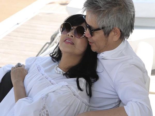 Clip Thanh Lam thoải mái ôm ấp ngọt ngào bên bạn trai bác sĩ, lộ nhan sắc thật ở tuổi 51