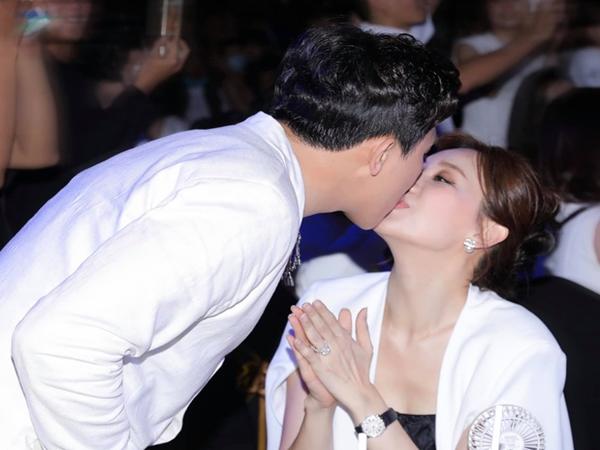 """Cách Trấn Thành """"đáp trả"""" tranh cãi thể hiện tình cảm: Không ngại hôn môi Hari Won đầy ngọt ngào giữa sự kiện"""
