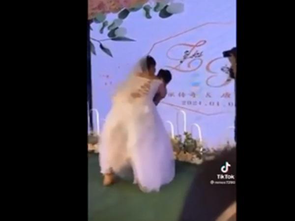 Bị cưỡng hôn trên sân khấu, chú rể giật mình khi nhìn mặt cô dâu