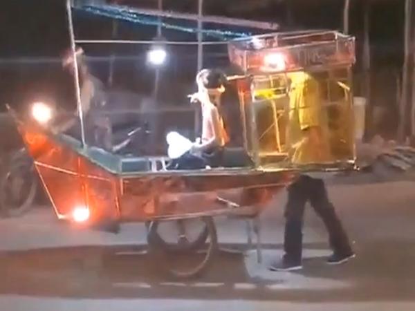 Bố biến xe đẩy thành đèn trung thu 'khủng' hình chiếc thuyền đưa con gái đi chơi gây xúc động