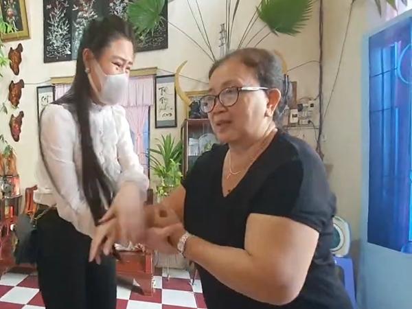Clip: Linh Lan khóc nghẹn nắm tay mẹ ruột Vân Quang Long xin lỗi