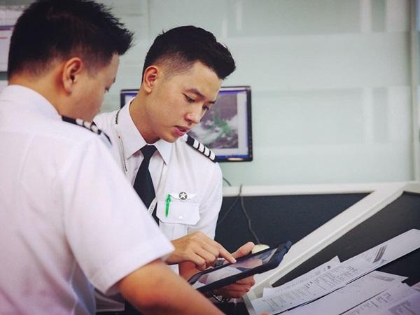 Cơ trưởng trẻ nhất Việt Nam gây xôn xao với hình ảnh bảng lương hơn 2000 tỷ/tháng