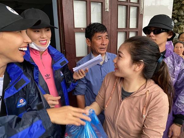 Nước làm hỏng 1500 suất quà cứu trợ của Hoa hậu Kỳ Duyên khi sắp đến tay người dân vùng lũ