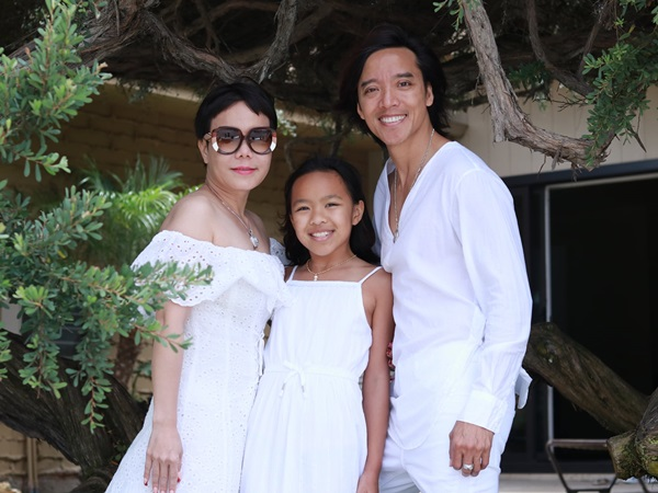 Đăng ảnh gia đình hạnh phúc, Việt Hương còn khéo khoe vừa được chồng tặng một căn nhà