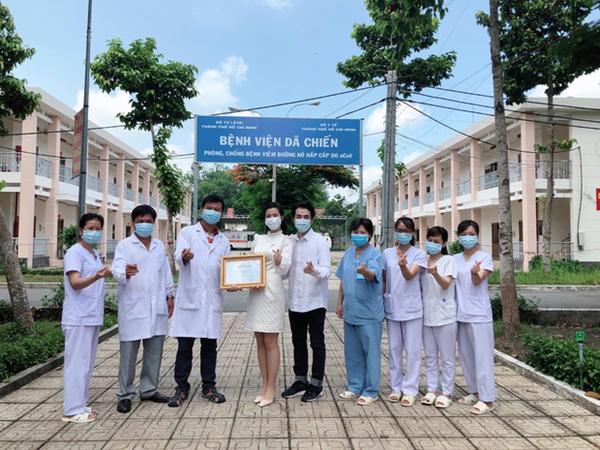 Đang bầu bì tháng thứ 4, Đông Nhi vẫn cùng Ông Cao Thắng đi bệnh viện Dã Chiến Củ Chi thăm hỏi đội ngũ y bác sĩ