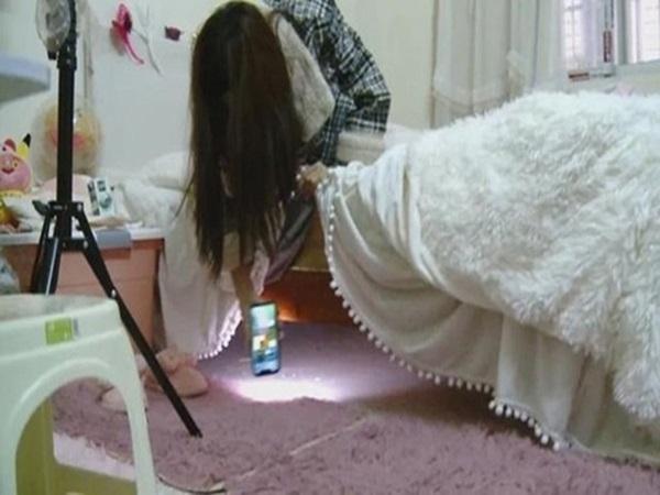 Đang ngủ bỗng nghe tiếng động lạ, nữ streamer sexy kinh hãi phát hiện gã đàn ông lạ núp dưới gầm giường