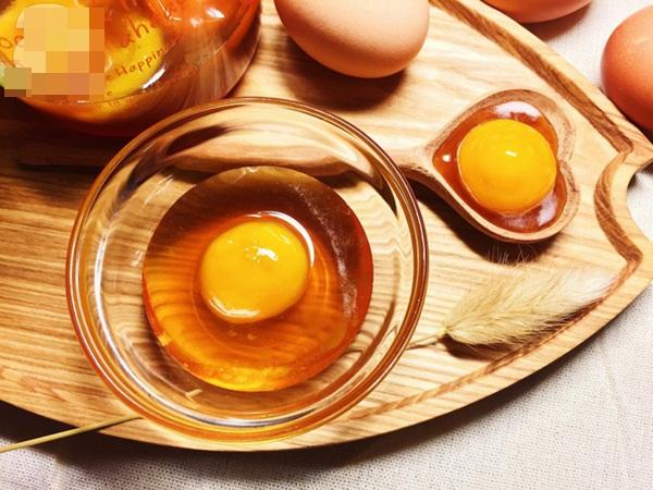 """Đắp mặt nạ mật ong trứng gà: Chuyên gia cảnh báo cẩn thận """"lợn lành thành lợn què"""""""