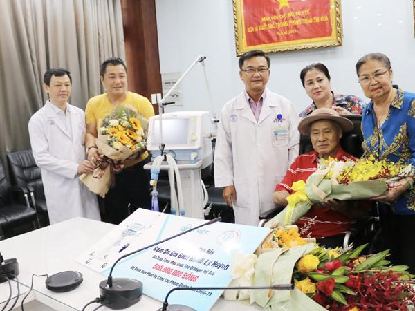 Gia đình nghệ sĩ Lý Huỳnh, Lý Hùng tặng Bệnh viện Chợ Rẫy máy thở 500 triệu đồng để phòng chống Covid-19