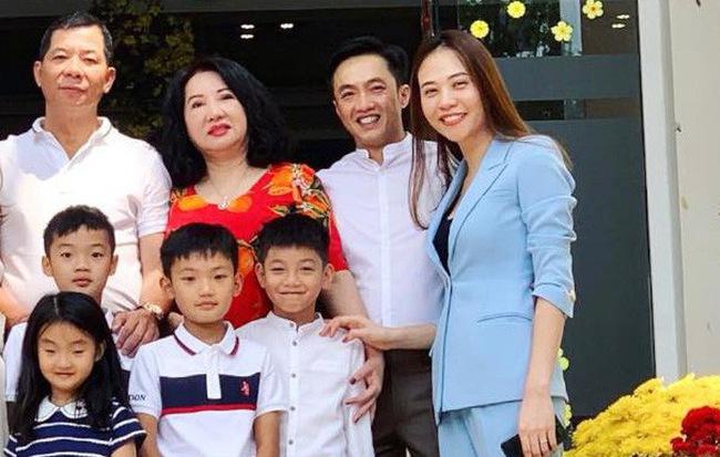 Hãy nhìn hành động của Đàm Thu Trang với Subeo trong bức ảnh đoàn tụ cùng đại gia đình nhà Cường Đô La