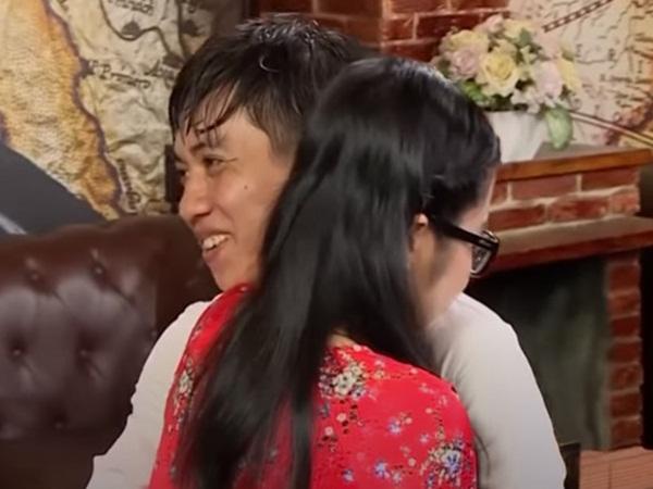 """""""Hẹn ăn trưa"""": Vừa gặp ở nơi mai mối, chàng trai đã lao vào ôm khiến bạn gái run cầm cập không nói nên lời"""