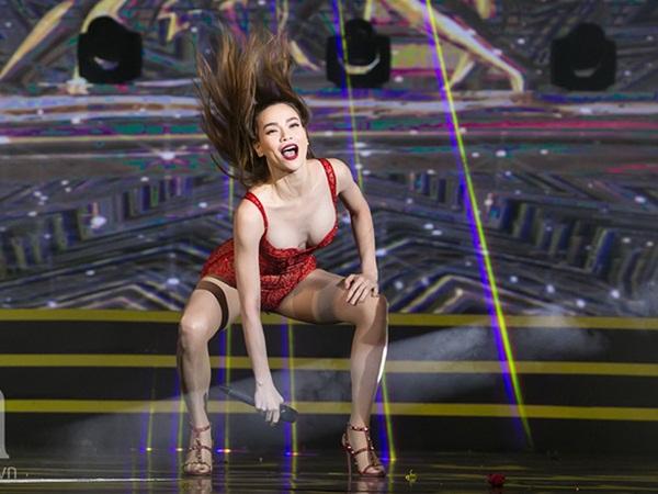 Hồ Ngọc Hà khiến khán giả Hà Nội đỏ mặt khi khoe loạt vũ đạo nóng bỏng trong thời tiết se lạnh