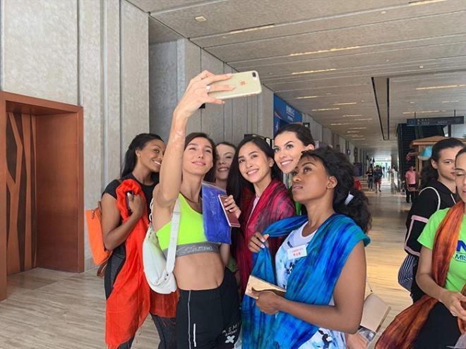 Hoa hậu Tiểu Vy mang món quà hội an đến bạn bè quốc tế