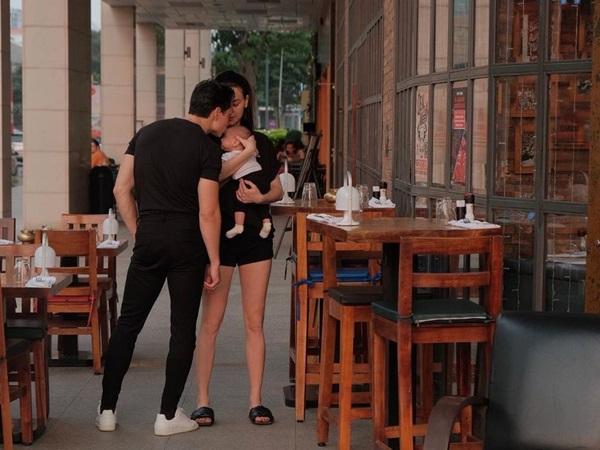 Ngọt ngào ôm hôn vợ con giữa phố, Kim Lý khiến ai nấy xuýt xoa chuẩn 'ông bố của năm'