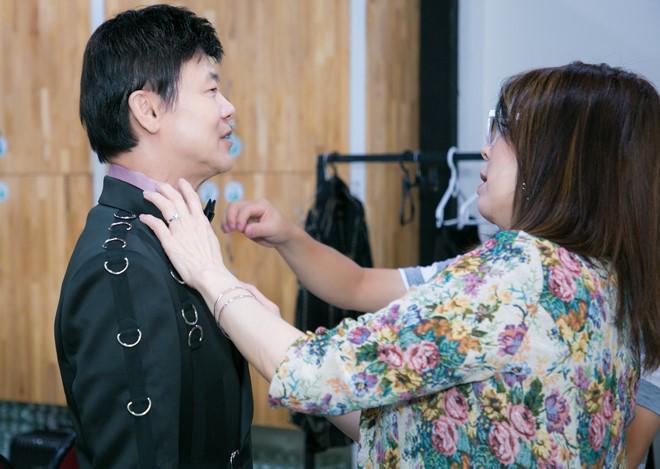 Lộ diện vợ cao ráo, sành điệu của sao nam U70 phong độ bậc nhất showbiz Việt