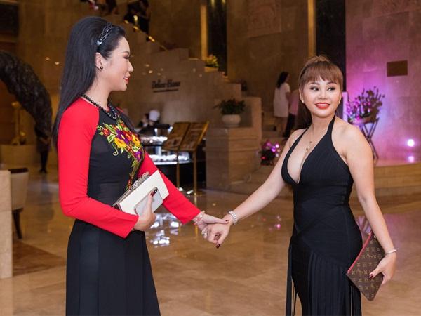 """Lý do Lê Giang """"áp đảo"""" Kim Chi trong đám cưới con gái Hồng Vân"""