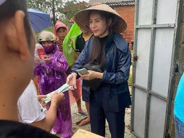 Sau thị phi, Thủy Tiên quyết định trở lại miền Trung lần nữa, gom hết tiền chạy show giúp bà con
