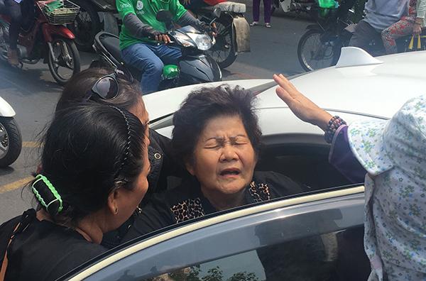 Mẹ Anh Vũ ngất xỉu trước khi con trai về đến chùa Ấn Quang